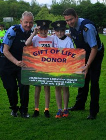 ***NO FEE PIC *** 20/05/2017 Sgt Stephen Lydon, Jack donegan Tullamore 12, Matthew d'arcy 12 & Garda Gavin Dufy during the Irish Kidney Association's Run for a Life family fun run which will take place this Saturday 20th May at Corkagh Park, Clondalkin, Dublin. The IKA's Run for a Life is a charity fundraiser and celebrates the 'gift of life' and aims to raise awareness about the vital importance of organ donation and transplantation. Now in its 9th year 'Run for a Life' is open to people of all ages with the option of walking, jogging or running competitively in either a chip timed 2.5km, 5km or 10km distance. Based on last year's attendance over 500 people are expected to register for the event. For more information on the event visit website www.runforalife.ie For organ donor cards Freetext DONOR to 50050 or visit website www.ika.ie/card You can now download the IKA's new digital donor card by visiting www.donor.ie on your smartphone. Your wishes to be an organ donor can also be included on the new format driving licence which is represented by Code 115. Photo: Arthur Carron